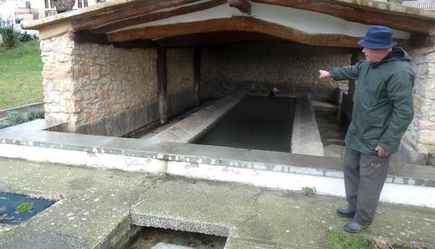 Jon Iriberri Hita en la zona de las fuentes y lavadero de San Fausto, donde ha vuelto a surgir el agua