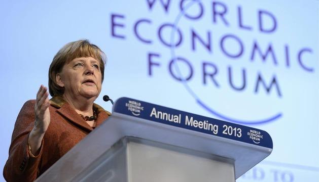 La canciller alemana, Angela Merkel, da un discurso durante su participación en una sesión del Foro de Davos
