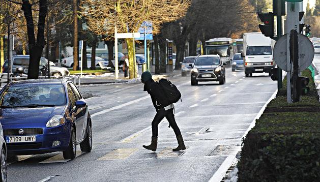 Una mujer cruza cuando no debe por el paso regulado con semáforos de Conde de Oliveto