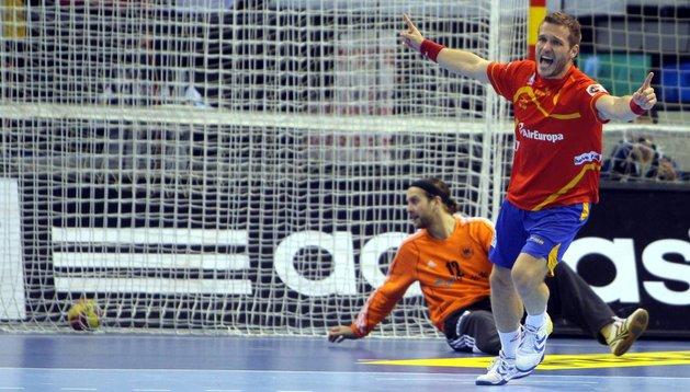 Víctor Tomás celebra un gol ante Alemania