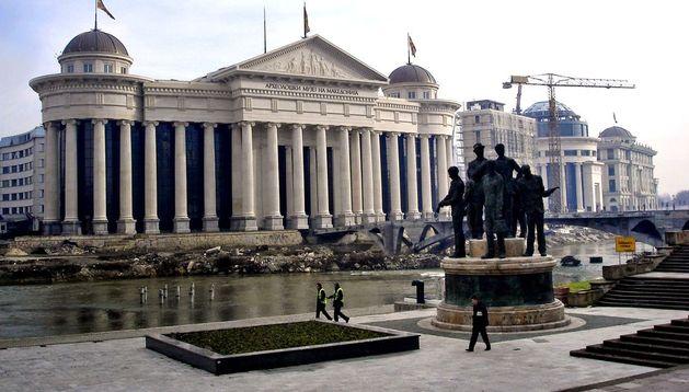 El Gobierno de Skopje se ha afanado en construir un gigantesco complejo arquitectónico para evocar la gloriosa época de Alejandro Magno