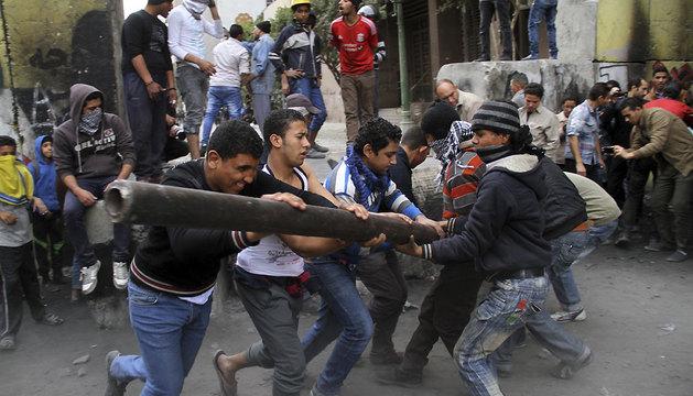 Miembros de las fuerzas de seguridad egipcias bloquean la calle durante una manifestación cerca de la plaza Tahrir.