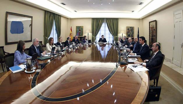 El presidente del Gobierno, Mariano Rajoy, al comienzo de la primera reunión de su Consejo de ministros.