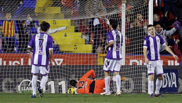 Los jugadores del Valladolid después de que el defensa del club Antonio Rukavina marcase gol en su propia portería dándole la victoria al Levante