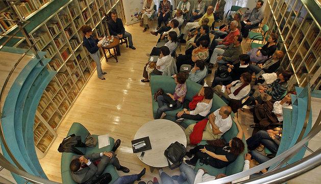 Encuentro de los lectores con Lorenzo Silva (septiembre de 2009), en la biblioteca de Diario de Navarra, en la sede  de Zapatería.
