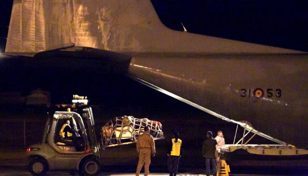 Personal militar carga el Hércules que ha partido hacia Mali.