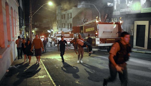 Los bomberos permanecen en las inmediaciones de la discoteca Kiss, en la ciudad brasileña de Santa María