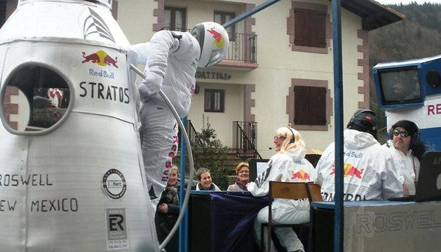 Una de las carrozas de Sunbilla simula el lanzamiento de Felix Baumgartner de la Estratosfera.