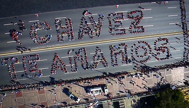 Vista aérea de una concentración realizada por estudiantes para mandar un mensaje de ánimo a Chávez
