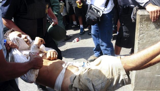 Un herido llegando al hospital de Barquisimeto.