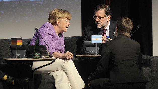 Angela Merkel conversa con Mariano Rajoy en la cumbre de Santiago de Chile.