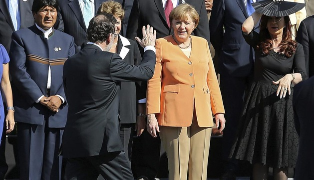 El presidente del gobierno, Mariano Rajoy (2i), se disculpa al llegar tarde a la foto oficia