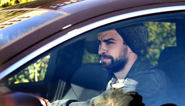 El jugador del FC Barcelona Gerard Piqué sale del aparcamiento de la clínica Teknon.