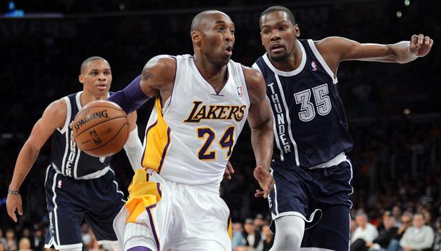 Kobe Bryant se marcha de Kevin Durant ante la mirada de Rusell Westbrook