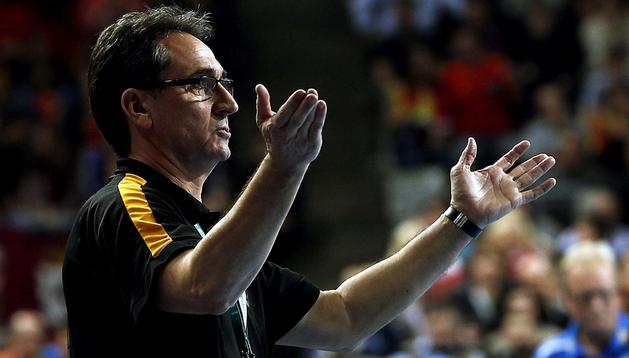 Valero Rivera da instrucciones a sus jugadores en la final del Mundial de Balonmano 2013, disputado contra Dinamarca