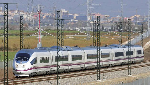 Un tren de la la nueva línea del AVE Barcelona-Girona-Figueres.