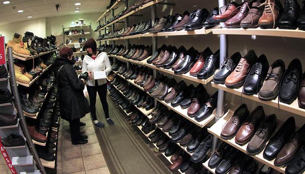 El centro es lugar de compra habitual de ropa y calzado (en la foto Basoco) en mayores de 56 años