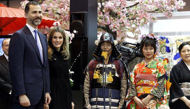 Los Príncipes de Asturias, en el pabellón de Japón, durante la visita inaugural de la 33 edición de Fitur 2013