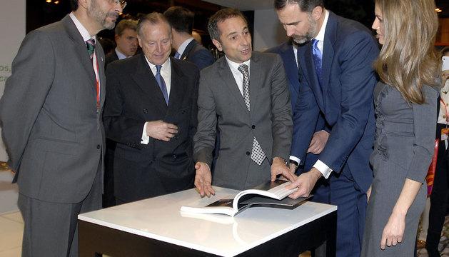 Los Príncipes reciben de manos del vicepresidente Sánchez de Muniáin el libro de Javier Ciga