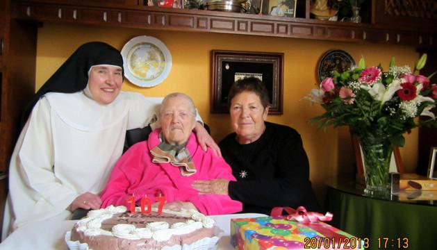 La centenaria Inés López López, ayer, entre sus dos hijas: Mª Jesús (izda. en la foto) e Inés.