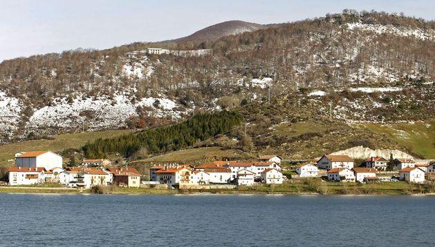 Localidad de Eugi a orillas del embalse al que da nombre.