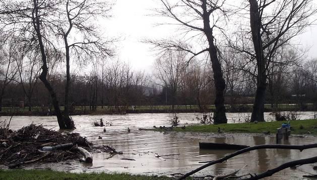 El río Arga comienza a desbordarse de nuevo a su paso por Pamplona. Desde primera hora de la tarde, el cauce del río se ha salido a la altura del Club Natación.