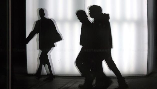 Un detective observa a una pareja.