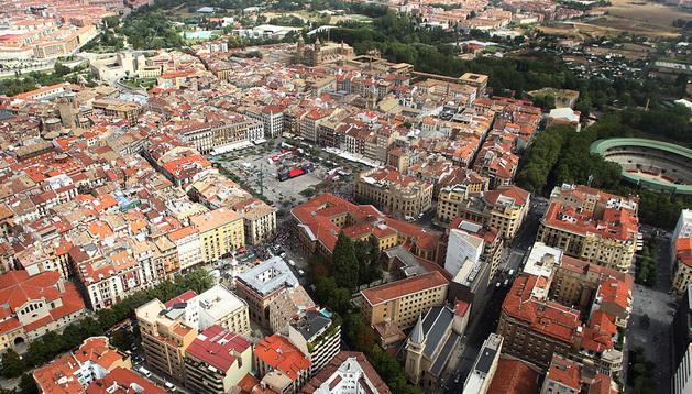 Vista aérea del II Ensanche, en primer término, con la plaza del Castillo y el Casco Antiguo al fondo en esta imagen aérea del centro de la ciudad.