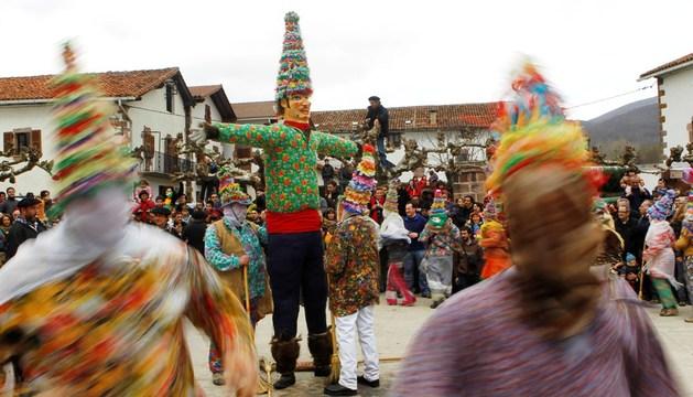 Los 'txatxos' bailan el 'zortziko' en torno a 'Miel-Otxin'