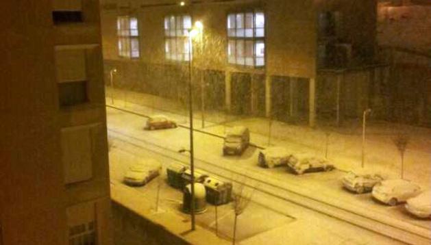 Con la llegada del día ha llegado también la nieve a Pamplona