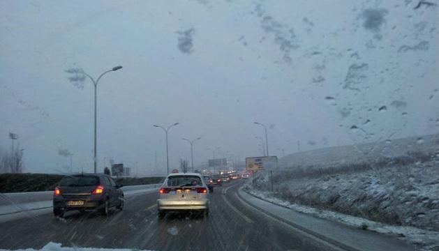 La nieve dificultada el tráfico en la ronda de Pamplona a las ocho de la mañana