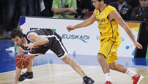 El base del Uxue Bilbao Basket, Raúl López, trata de recuperar un balón ante la presión del base del Herbalife Gran Canaria, Tomás Bellas
