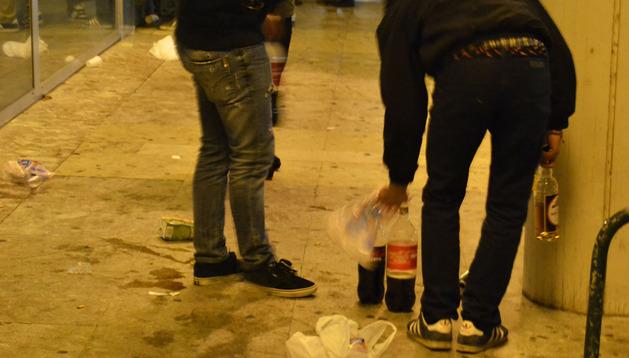 Dos patrullas de la Policía Municipal controlan a los jóvenes que hacen botellón en las calles