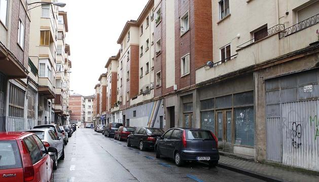 Calle Joaquín Larregla, en el barrio de la Milagrosa de Pamplona, donde se ubican varias bajeras