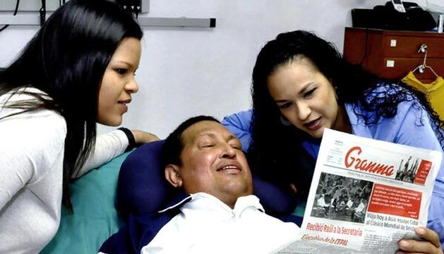 El presidente de Venezuela, Hugo Chávez, aparece junto a sus hijas con un ejemplar del diario Granma de este jueves en las primeras imágenes tras su última operación de cáncer, que provocó que estuviera lejos de la exposición pública más de dos meses.