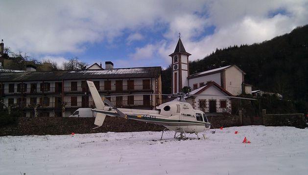 Imagen del helicóptero que ha trasladado a la vecina de Olaldea