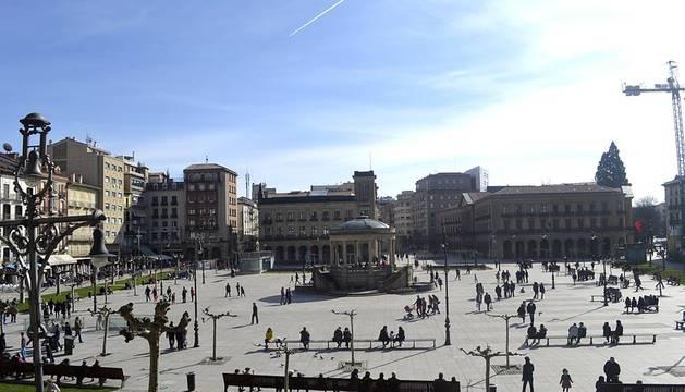 Tras los días de lluvia y nieve, Pamplona ha amanecido este sábado con sol. Muchos pamploneses han aprovechado el buen tiempo para dar un paseo o tomar algo en una terraza.
