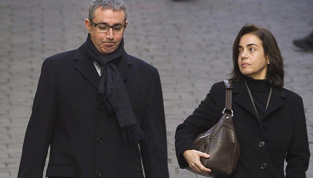 Diego Torres, acompañado por su mujer, a su salida de los Juzgados de Palma de Mallorca
