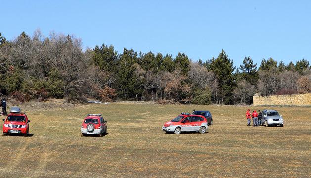 Dos agentes (izquierda), en el lugar donde se encontraba el cazador cuando recibió el disparo.