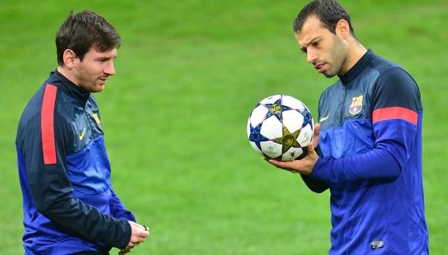 Leo Messi, junto a su compatriota Javier Mascherano, durante el entrenamiento del Barça de este martes en San Siro