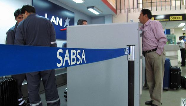 Un pasajero consulta en el aeropuerto internacional de El Alto.