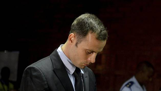 Oscar Pistorius, en la vista sobre su libertad bajo fianza como acusado de asesinar a su compañera sentimental el pasado Día de San Valentín