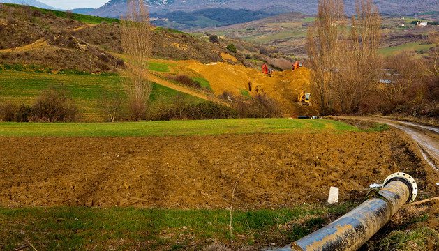 Vista de la tubería rota que conduce el agua desde el manantial de Riezu hasta localidades de Vladizarbe.