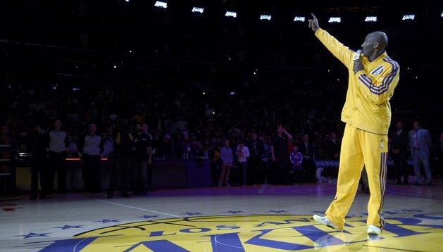 Kobe Bryant, durante el homenaje a Jerry Buss antes del partido ante los Boston Celtics