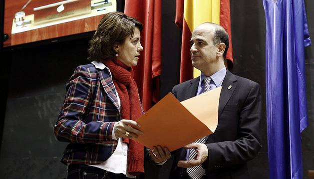 Yolanda Barcina y Alberto Catalán en un receso del pleno extraordinario sobre el paro este viernes.