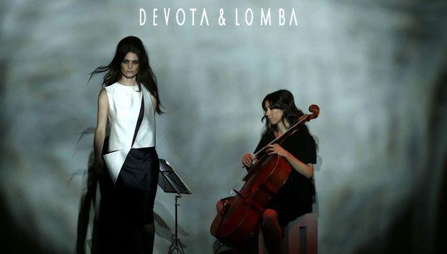 Actuación musical durante el desfile de Devota y Lomba, durante la segunda jornada de la 57 edición de la Mercedes-Benz Fashion Week Madrid