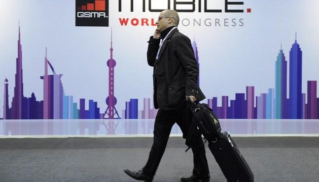 Un hombre habla por teléfono durante el Mobile World Congress de Barcelona
