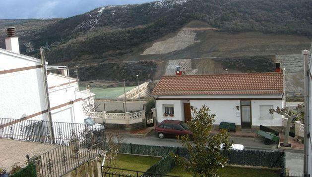 Casas de la urbanización Lasaitasuna. Al fondo, embalse de Yesa.