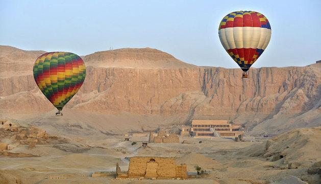 Muchos turistas suelen utilizar los globos aerostáticos para desplazarse a Luxor, una ciudad edificada sobre los restos de Tebas.