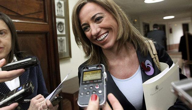 La exministra de Defensa y diputada del PSC Carme Chacón realiza declaraciones a los medios, a su llegada al hemiciclo.